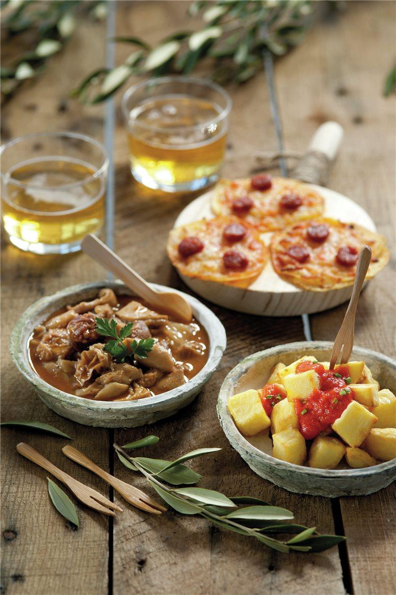 antojos-tradicionales-callos-patatas-bravas-y-coca-de-patatas-con-chistorra_2de33e0b_800x1200